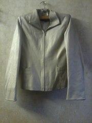 Кожаная куртка на молнии бежевого цвета.