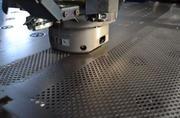 Виконуємо роботи з пробивки листового металу Выполняем работы по проби