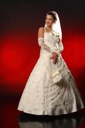 Весільна сукня кремового кольору